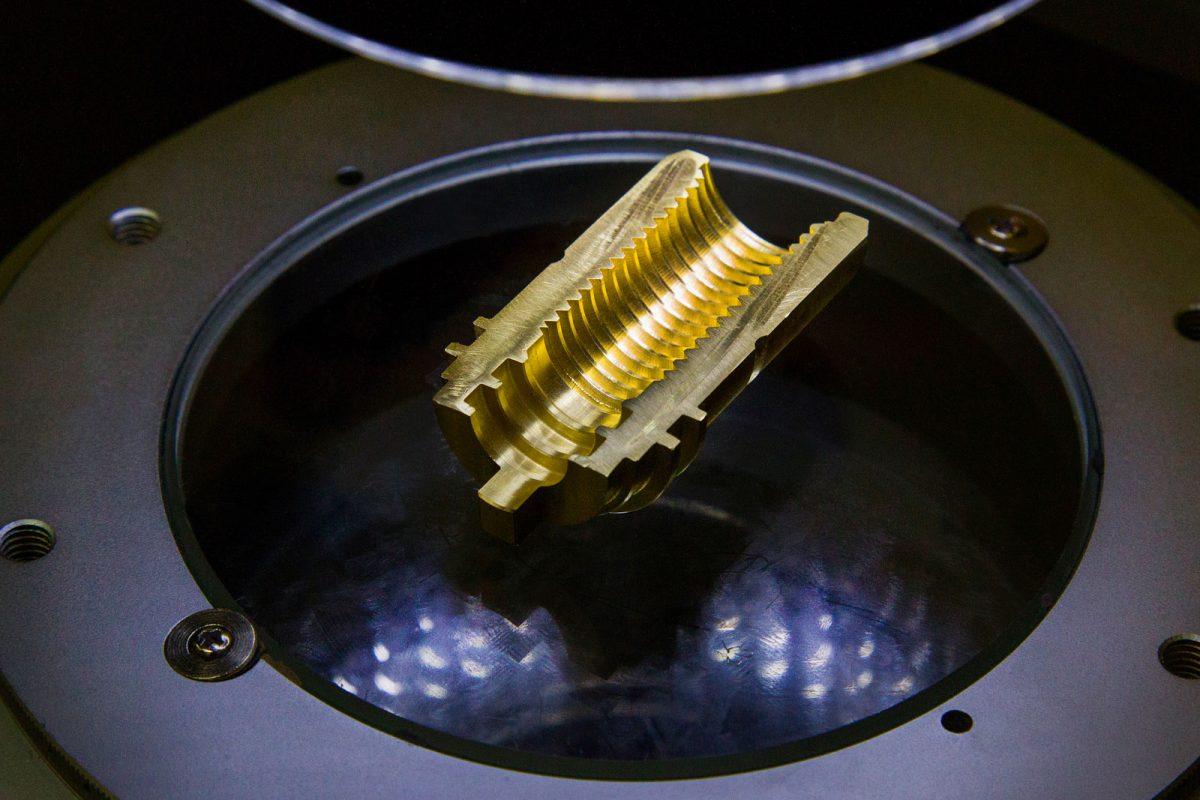 Schnittprobe unter Lichtmikroskop bei der METUSAN TURNING GmbH